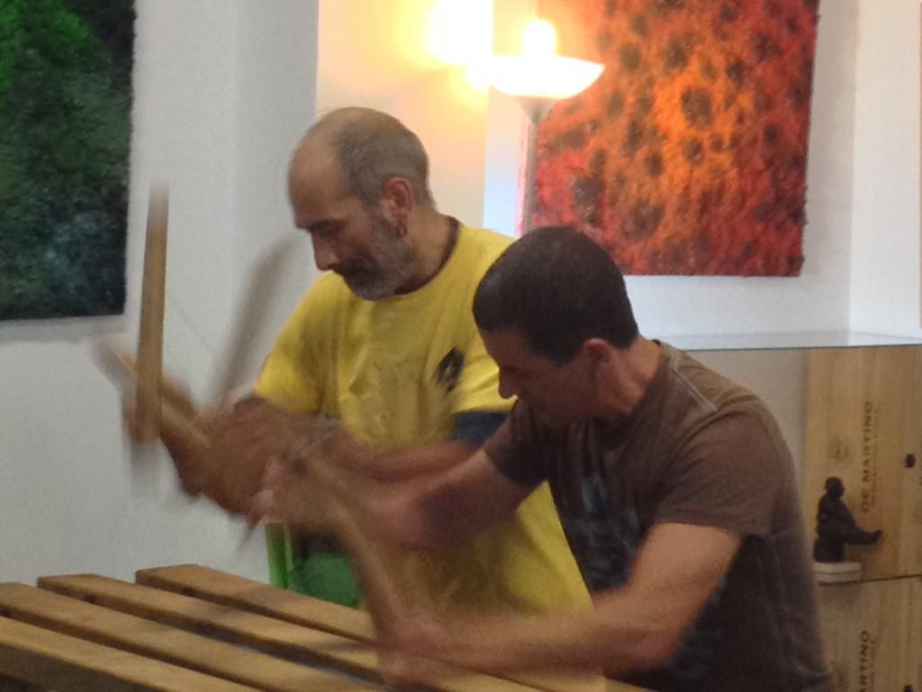 Anibal Campo (izda) y Salvador Martín, de Txalaparta Un Rayo, durante su actuación en la inauguración de la exposición de Iñaki Torres en Espacio 40. Imagen cortesía de la galería.