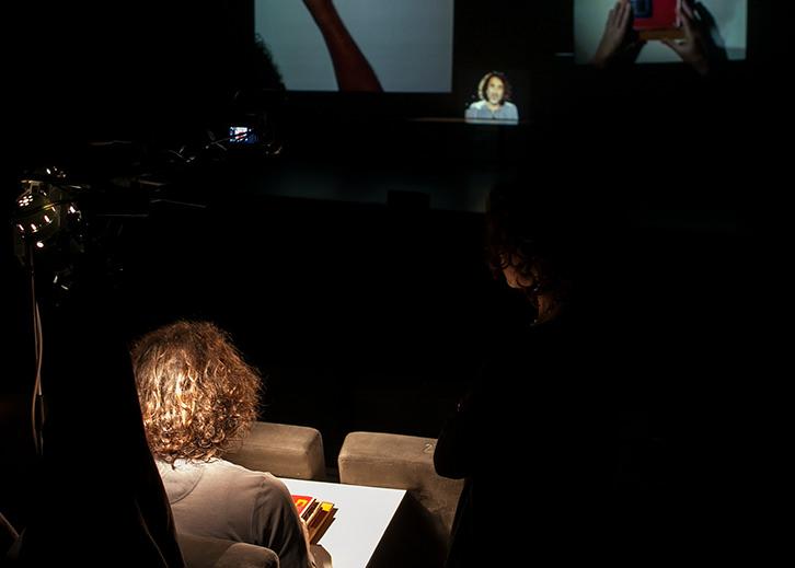 Un momento de la propuesta de Rabih Mroué en Alhóndiga Bilbao. Fotografía: Eva Zubero.