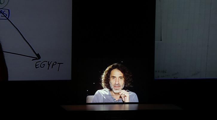 Rabih Mroué en un momento de su intervención en Alhóndiga Bilbao. Foto: Eva Zubero.