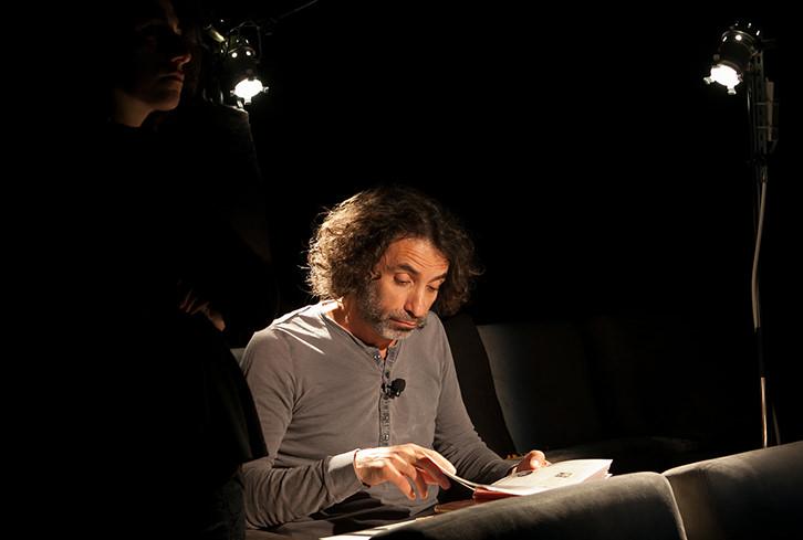 Rabi Mroué durante su intervención en Alhóndiga Bilbao. Fotografía: Eva Zubero.