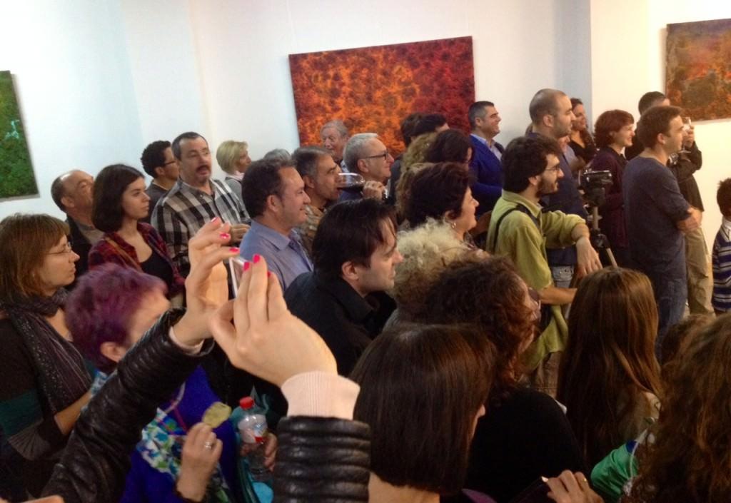 Público que acudió a la inauguración de la exposición de Iñaki Torres en Espacio 40, durante la actuación de txalaparta. Imagen cortesía de la galería.