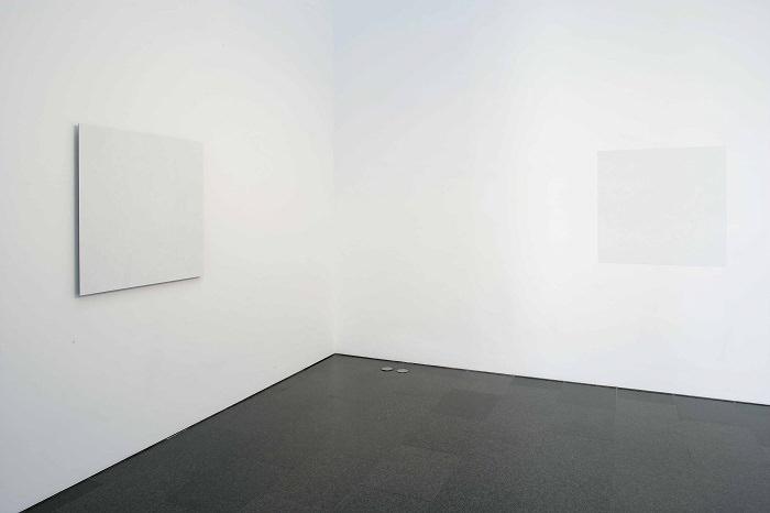 Correcció [Corrección], 2001 y Gran error, 1998. Corrector Tipp-Ex sobre espejo y corrector Tipp-Ex sobre pintura plástica sobre papel. 100 x 100 cm cada uno. Imagen cortesía de la Fundació Joan Miró.