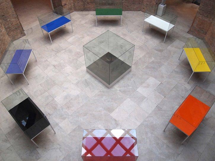Teoria [Teoría], 2009. Hierro, vidrio, madera, pigmentos,polvo y serigrafías. Ocho piezas de 200 x 100 x 180 cm y una de 200 x 200 x 200 cm. Imagen cortesía de la Fundació Joan Miró.