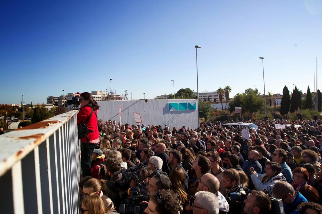 Concentración exterior durante el desalojo de Canal Nou en 2013. Foto: Eva Máñez