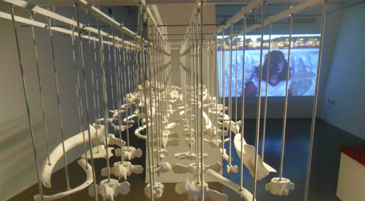 Escultura de Jaume Chornet y video de Giorgia Partesotti en 'Mar-Mar', en el Octubre Centre de Cultura Contemporánia.