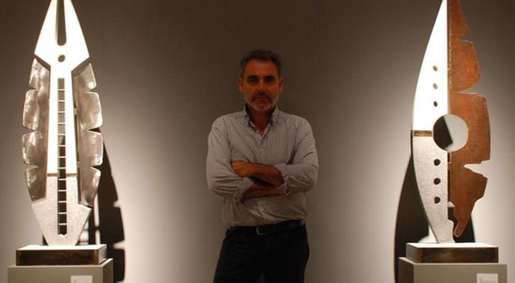 Quico Torres, entre dos de sus obras, en el Carmen. Imagen cortesía del Centro del Carmen.