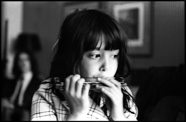 Kyoko, hija de Yoko Ono, fotografiada por Bruno Vagnini, en 'John Lennon & Yoko Ono: Suite 1742'. Imagen cortesía de La Térmica.