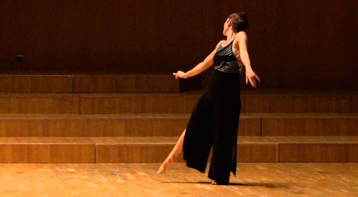 Eva Bertomeu en una de sus coreografías. Imagen cortesía de Sala Russafa.