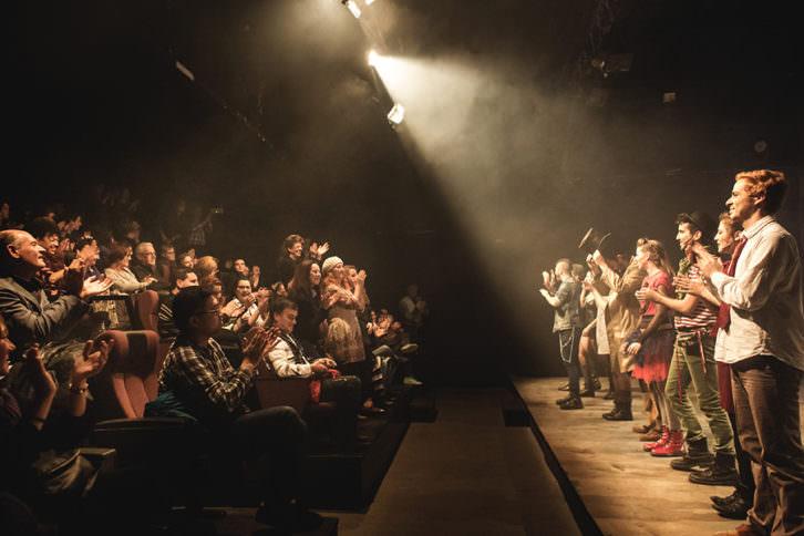 Actores y público al final de la función de 'El cazador de vientos' en Sala Off. Fotografía: Cecilia Cristolovean.
