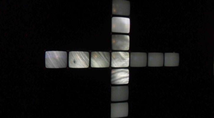 Los 13 monitores en cruz de Gary Hill, en la exposición 'En Tránsito' del IVAM.