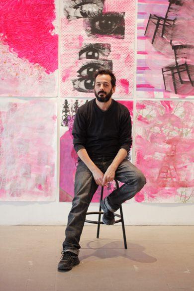 José Plá en la galería durante el montaje de la exposición Magenta. Imagen cortesía de la galería.