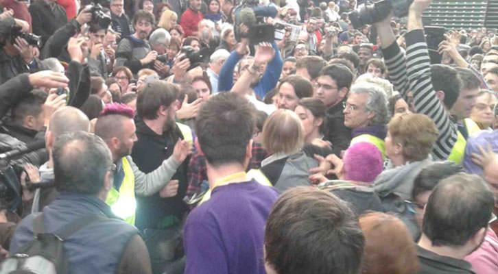 Pablo Iglesias, líder de Podemos, rodeado de la multitud que llenó la Fonteta  de San Luis, al acabar su alocución.