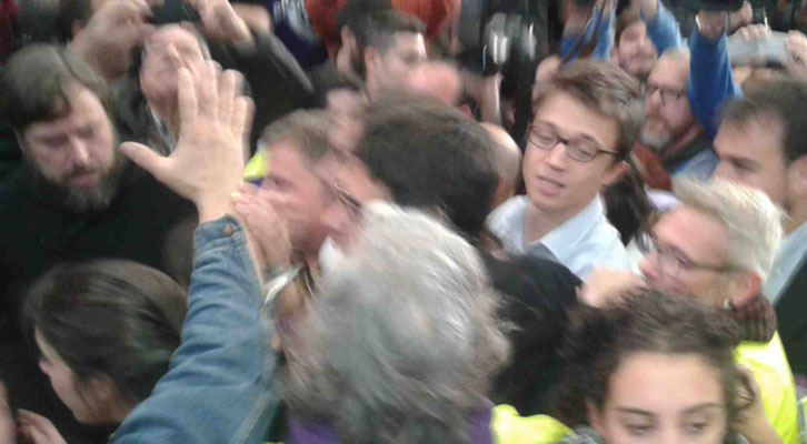 Iñigo Errejón, con gafas, abriéndose paso detrás de un tapado Pablo Iglesias, en el mitin de Valencia.