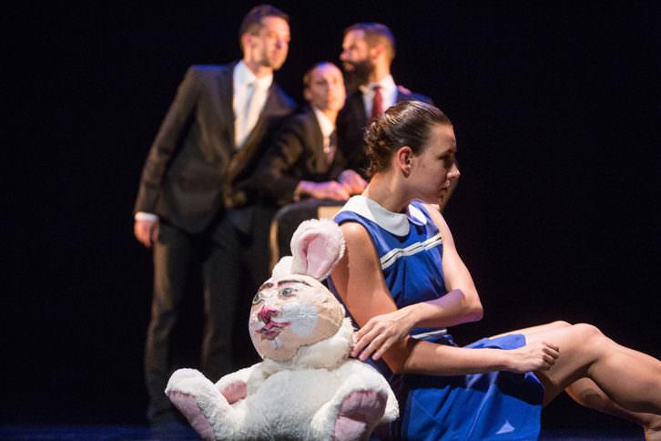 Escena de 'Alicia', de la compañía Thomas Noone Dance. Imagen cortesía de Sala Russafa.