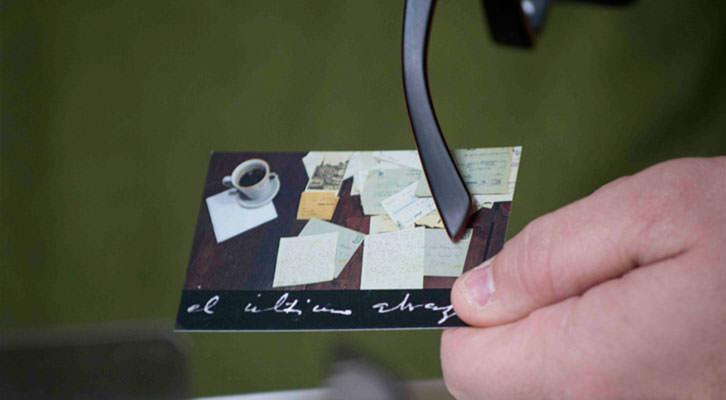 Sergi Pitarch mostrando la tarjeta de su documental 'El último abrazo', en los Desayunos Makma en Lotelito. Fotografía: Fernando Ruiz.