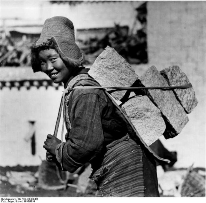 Muchacha tibetana cargando piedras. Imagen , Bruno Berger, 1938/39, cortesía Bundesarchive.