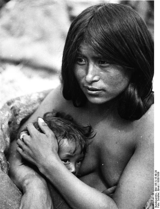 Madre tibetana con su hijo. Imagen, Ernest Schäfer, 1938/39, cortesía Bundesarchive.