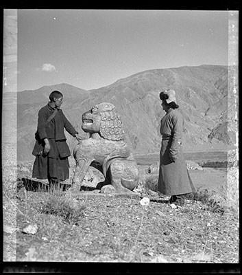 """León de piedra,  imagen de la escultura que según ciertas creencias puede haber inspirado en cuento """"El león de piedra,  Fábulas y cuentos del Viejo Tíbet"""". Imagen Hugh E. Richardson, 1949. Región del valle Chyongye. The Tíbet álbum. Pitt Rivers Museum."""