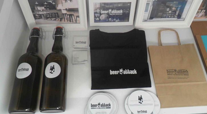 Vitrina con algunos de los objetos diseñados para la tienda especializada en cerveza artesana Beer-attack, en la exposición 'Diseño al plato'. La Nau de la Universitat de València.