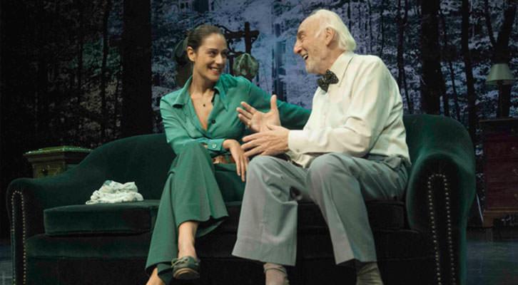 Héctor Alterio y Luz Valdenebro en una escena de 'En el estanque dorado', de Magüi Mira. Cortesía de Teatres de la Generalitat.