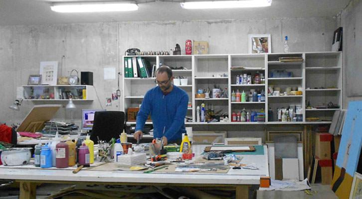 Moisés Yagües, trabajando en su estudio. Imagen cortesía del autor.
