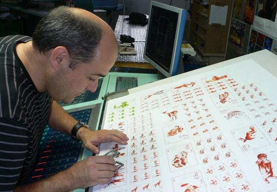 Carlos Domingo verificando la gama cromática de la edición. Imagen, Vicente Chambó.