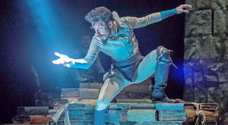 Escena de 'En un lugar del Quijote', de Ron Lalá, bajo la dirección de Yayo Cáceres. Teatro Talía de Valencia.