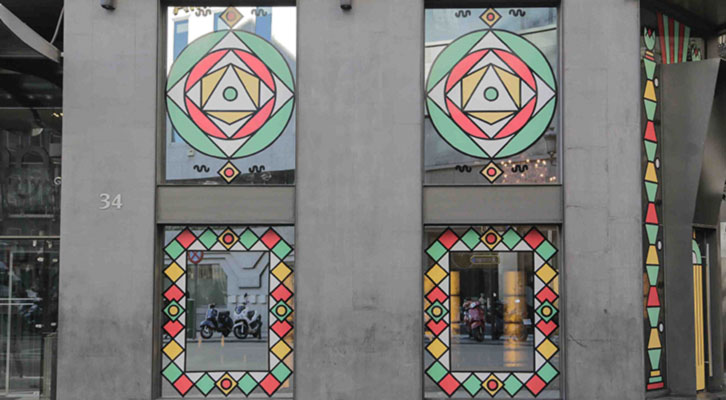 Ventanales del Glass Bar del Hotel Urban con la intervención plástica Tactel Land de Ismael Chappaz y Juanma Menero.