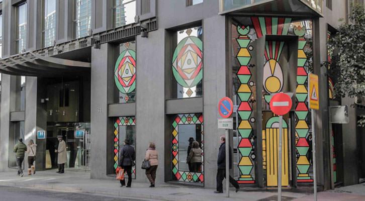 Ventanales del Glass Bar del Hotel Urban con la obra Tactel Land, de Ismael Chappaz y Juanma Menero. Imagen cortesía de Espai Tactel.