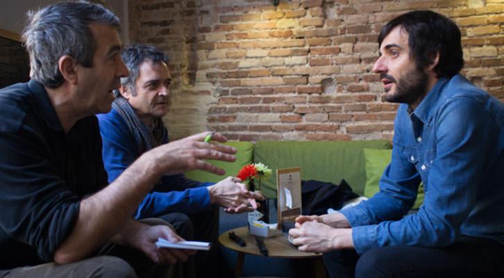 De izquierda a derecha, Salva Torres, Vicente Chambó y Vicente Martínez, en un momento de los Desayunos Makma de Lotelito. Fotografía: Gala Font de Mora.
