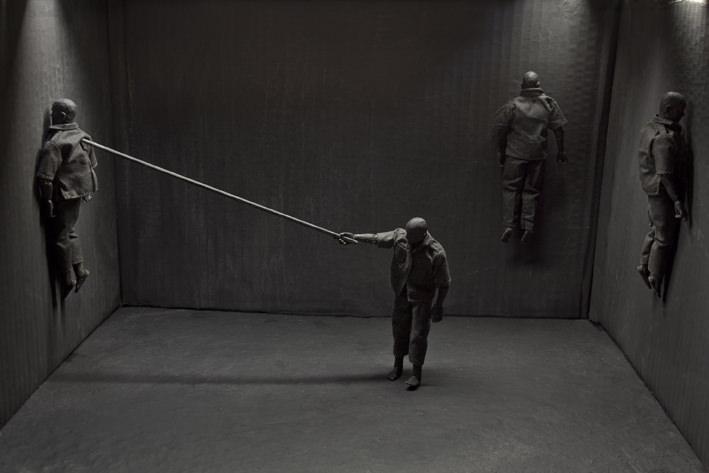 Cayetano Ferrández. El hombre gris: Castigo. Fotografía digital impresa en papel baritado sobre dibond. 165 x 110 cm. Cortesía del artista.
