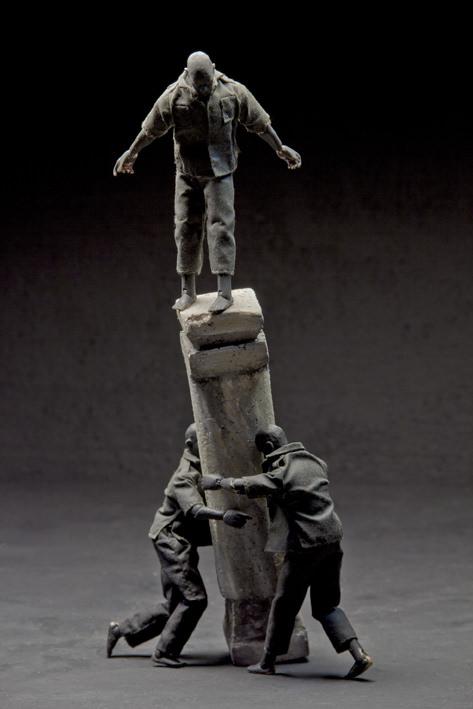 Cayetano Ferrández. El hombre gris: Columna III. Fotografía digital impresa en papel baritado sobre dibond. 165 x 110 cm. Cortesía del artista.