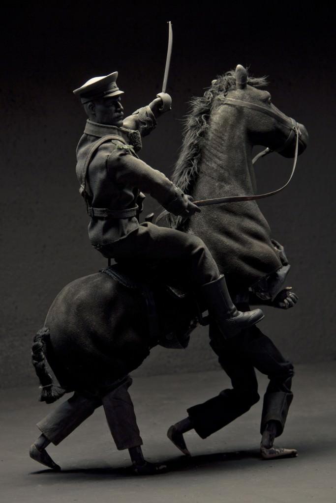 Cayetano Ferrández. El hombre gris: Figura equestre. Fotografía digital impresa en papel baritado sobre dibond. 165 x 110 cm. Cortesía del artista.