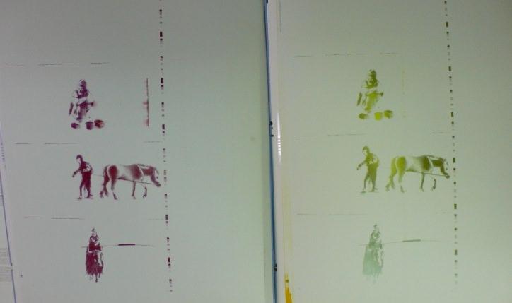Plancha con restos de tinta roja, y  plancha con restos de tinta verde después de imprimir Fábulas y cuentos del Viejo Tíbet. Imagen, Vicente Chambó