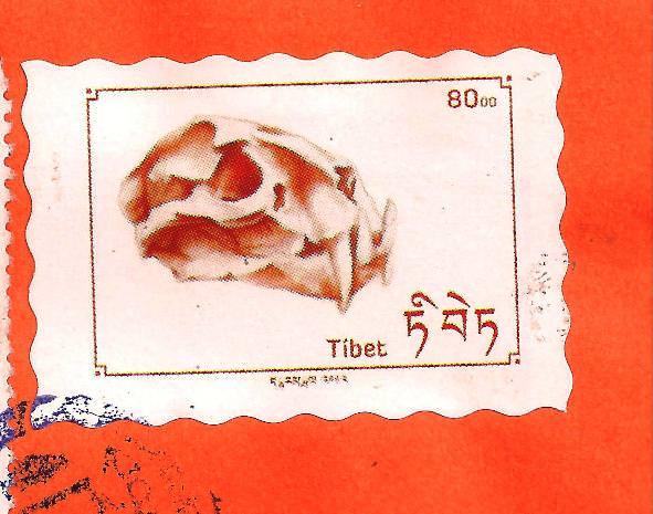 Las dos imágenes superiores muestran el dibujo original y el diseño del sello de fantasía. Sobre éstas líneas, uno de los sellos franqueados. Imagen Vicente Chambó