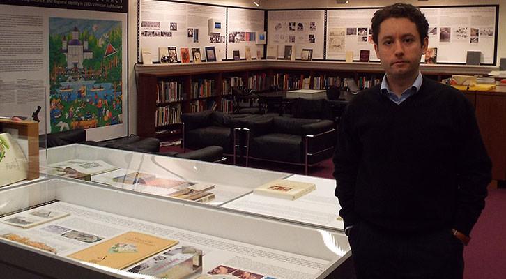 Manuel López Segura en la exposición de la Universidad de Harvard. Cortesía del autor.