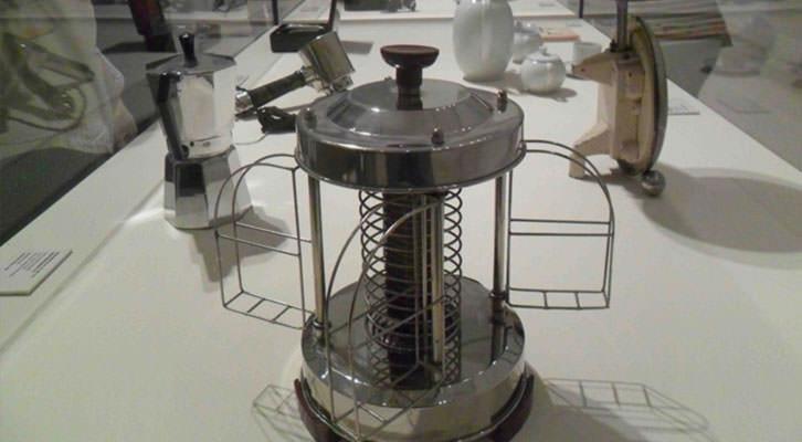 Tostadora (Alemania, 1930) de la colección Alfaro Hoffman en la exposición 'Construyendo Nuevos Mundos. Las vanguardias históricas en la Colección del IVAM (1914-1945)'.