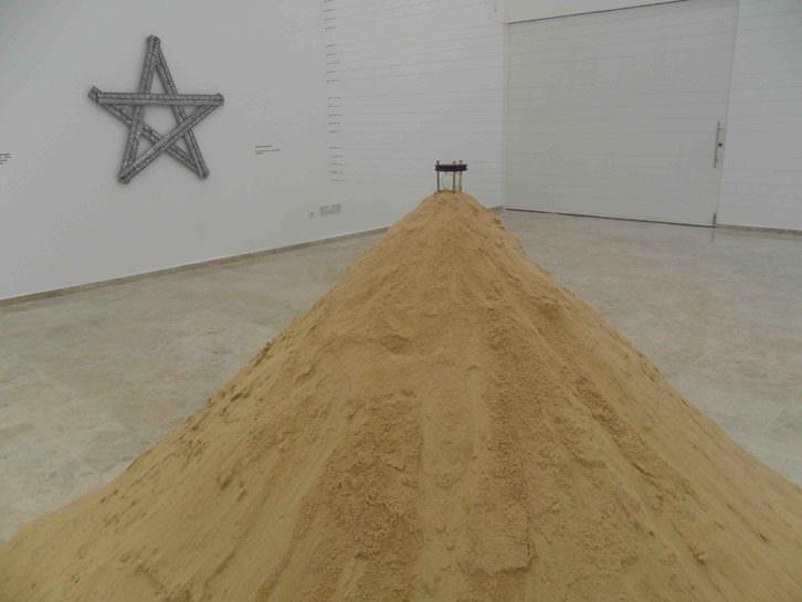 Instalación de Glenda León en la exposición 'La tercera orilla'. Sala Josep Renau de la Facultad de Bellas Artes de Valencia.
