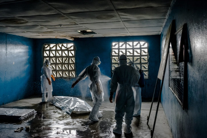 Fotografía de Daniel Berehulak en la exposición Ébola en el IVAM. Imagen cortesía de PhotOn Festival.