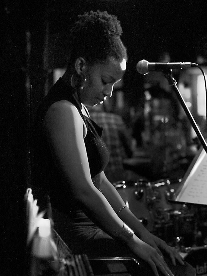 Erin Marisol Corine. Imagen cortesía de Jimmy Glass Jazz Bar.