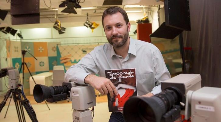 El autor, Marcos García Martí posa con el libro. Fotografía Marga Ferrer.