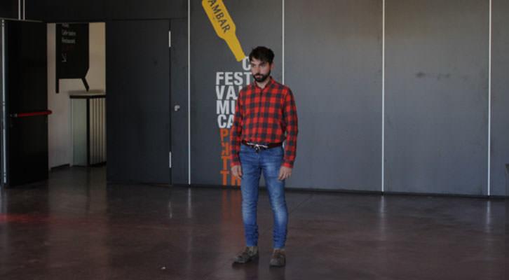 Javi Moreno en un instante de su performance en 'The Ritual Box'. Imagen cortesía de Espai Rambleta.
