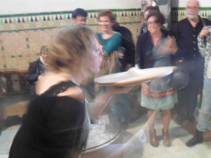 Lucía Peiró, en un momento de la performance que abrió la exposición 'Juntos en la diversidad' en Galería del Palau.