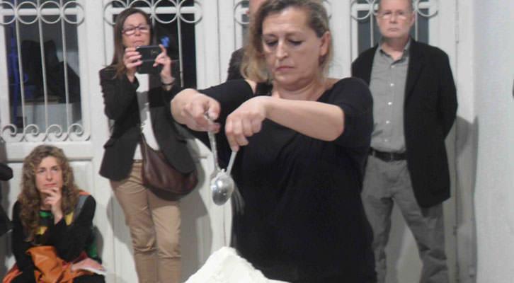 Lucía Peiró, en un momento de la performance con la que se inauguró Juntos en la diversidad en Galería del Palau.