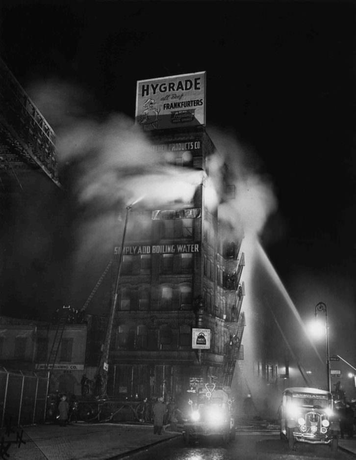 Simply Add Boiling Water. Fotografía de Weegee en la exposición 'Weegee The Famous' en el MuVIM.