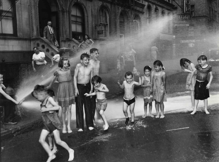 Summer, The Lower East Side, 1937. Fotografía de Weegee en la exposición 'Weegee The Famous' en el MuVIM.