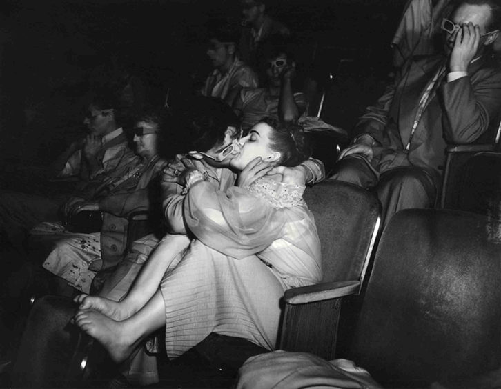 Lovers with 3-D glasses at the Palace Theater (Infra-red), 1943. Fotografía de Weegee en el MuVIM.