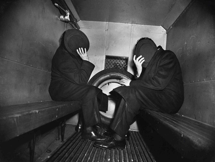 Two Offenders in the Paddy Wagon. Fotografía de Weegee en la exposición 'Weegee The Famous' en el MuVIM.
