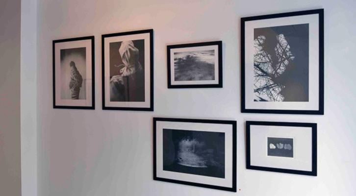 Obras de Miguel Borrego en la exposición 'El rumor, la máscara'. Imagen cortesía de Kir Royal Gallery.