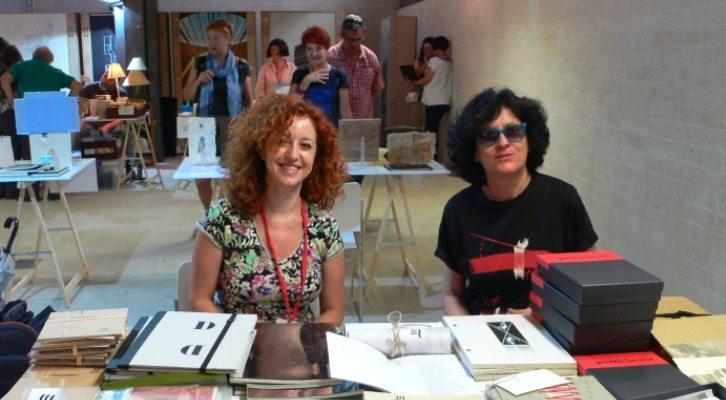 Caridad Fernández y Carmen Isasi, de Tres en Suma Espacio de Arte. Masquelibros 2014. Imagen Vicente Chambó.